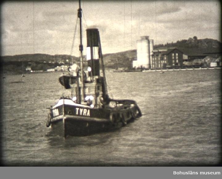 """1) Vattenverkets tillbyggnad. 0023 Vattenledningsrör av trä, tillverkade av trärörs-fabriken Svenska AB Tubus invid Skansberget i Uddevalla, användes som intagsledning från källor på Samnerödsfältet till vattenverket på Marieberg.  2) Sprängning av Badöberget år 1938. 5 600 kbm. bortsprängt på tre månader. 0031 Under 1930-talet sprängdes yttersta delen av Badöberget bort i etapper och slutliga bergschakten omkring 1938; på bilden ses stadsingeniören tillika hamningeniören Oskar Cornell vid Badöberget omedel¬bart under de gamla Thorburnska havremagasinen.  3) Arbete med bryggor, kajer.  Bildsvep över hamnområdet. 0220 Utsikt över Bäveån (inre hamnen) mot södra sidan med Uddevalla stads gamla mudderverk vid pålverket, där Junokajen senare byggdes.  I bakgrunden synes bostadshusen vid """"Lilla Walkesborg"""" numera Walkesborgsparkens västra del. Husen numera bortrivna. 0224 Uddevalla Båtvarv & Slip vid Lövåsbergets östra sida.  (Filmbilden är spegelvänd). [?] 0228 Hamninloppet med fyren på Lövåsbergets norra sida. (Filmbilden är spegelvänd). [?]  4) Invigning av Kollerö kraftverk år 1938. 0242 Elverkschefen i Uddevalla K. G Holmen. 0308 Till vänster Pastor Carl Agner och i mitten Direktör Robert Schwartzman, båda kommunalmän i Uddevalla. 0311 Kommunalmannen och cigarrhandlaren CA. Persson. 0312 I mitten elverks- och gasverkschefen K.G. Holmen, samt stadsfullmäktiges ordf. Axel V. Johansson.  5) Från Fagerhults grusgrop vid inköpet år 1938.  6) Muddring i hamninloppet.  Entreprenör: Skånska Cementgjuteriet. 0414 Mudderverkets bogserbåt Tyra. (Filmen är spegelvänd). [?]   7) Första spadtaget å nya Göteborgsvägen år 1938. 0458 Bild från de s.k. Söderängarna. Sprängningsarbeten pågår vid berget nära de gamla koloniträdgårdarna i sydöstra hörnet av Walkesborgsparken.  I bakgrunden bebyggelsen utmed Packhusgatan. (Filmen är spegelvänd.) [?]  8) Utbyggnad av vattenverket, taklagsfest. 0641 Till vänster drätselkammarens dåvarande ordförande, Emil Sahlgren och t.h. Drätseldirektör N"""
