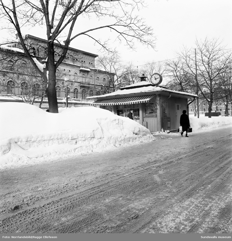 Vinterbilder från Sundsvall den snörika vintern 1966. Esplanaden, Vängåvan, torget och vid Selångersån.