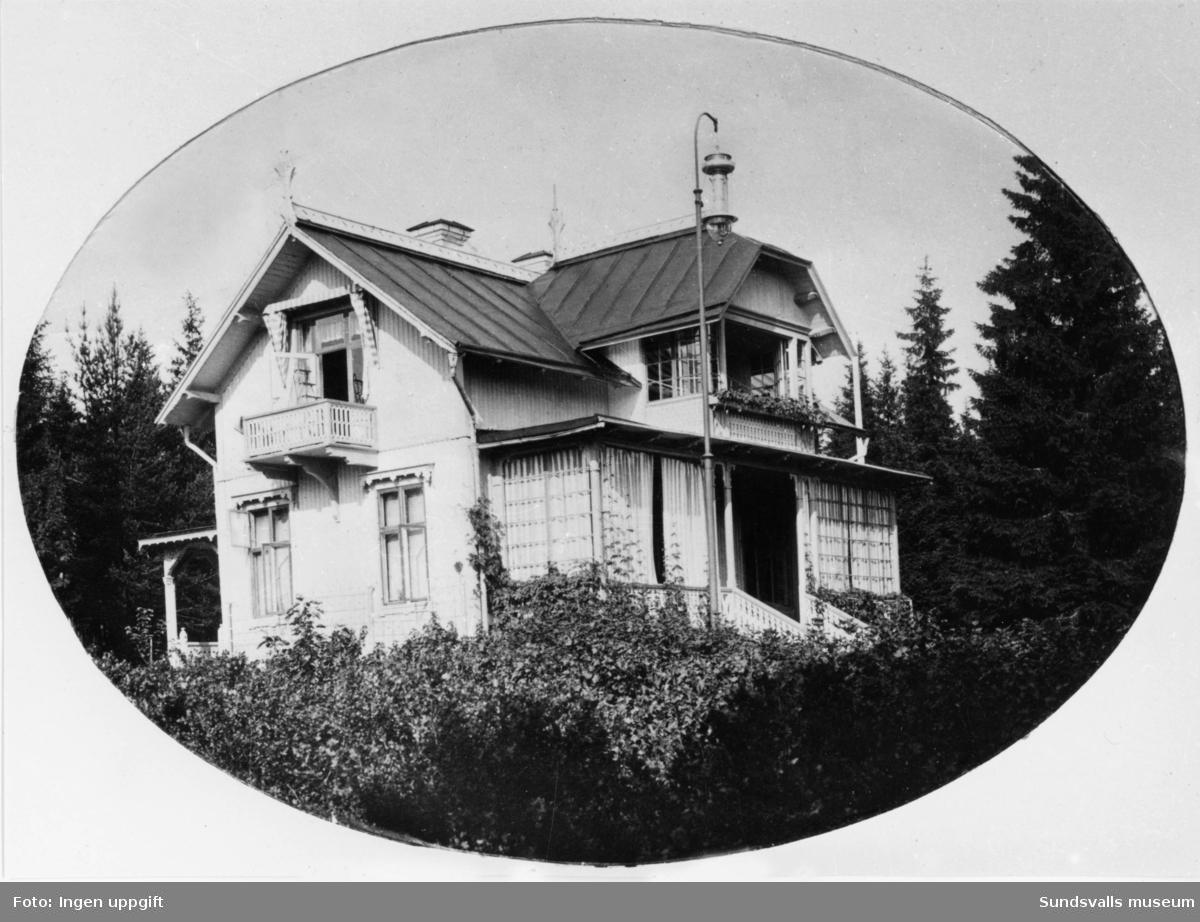 Villa Hållnäs (exteriörer). Villan uppfördes år 1883 för provinsialläkaren Olof Söderbaum, född i Hållnäs i Uppland och därav husets namn. Villan förvärvades 1911 av grosshandlare Moses Felländer och det är troligtvis han med hustru och barn som syns intill huset.