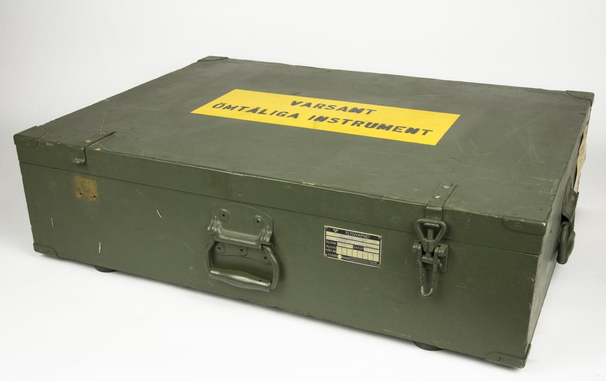 Provningsdon förvarad i trälåda. Klargöringssats jaktflygplan.   Ingår i utrustning för klargöringsplats 35 I satsen ingår: 2 st EVA fack med utrustning.