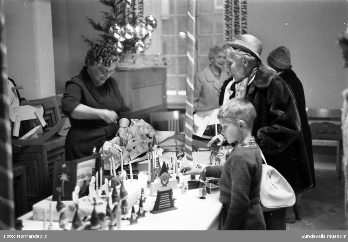 Julmässa i församlingshemmet med försäljning av julprydnader.