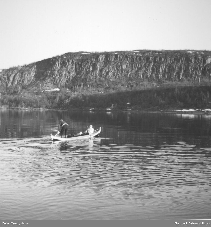 Laksefiskere i Tana i 1958. I båten 80 år gammel Paul Skjærvik sammen med Berg (fornavn ?).