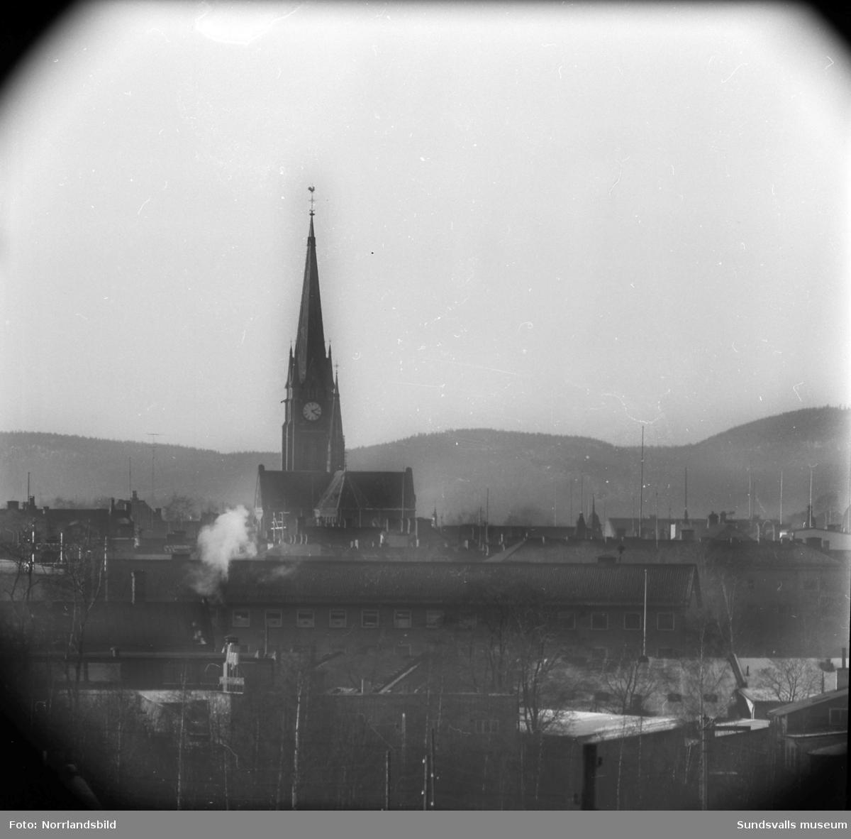 Gustav Adolfs kyrka i Sundsvall, telebild tagen från Kubikenborg.