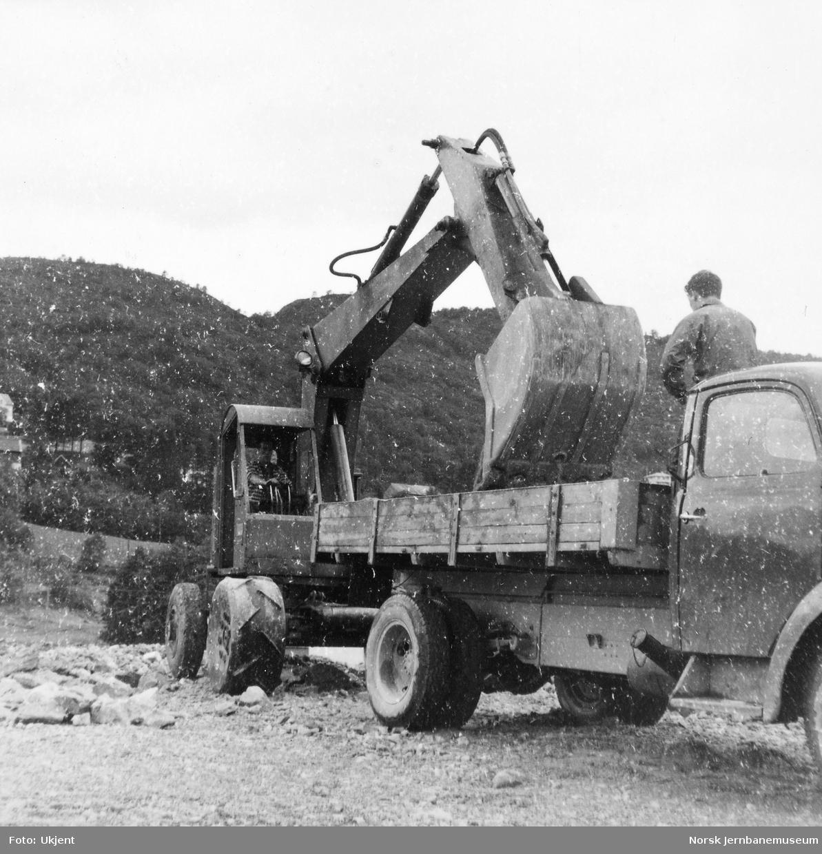 Anlegget av Ulriken tunnel - Brøyt gravemaskin