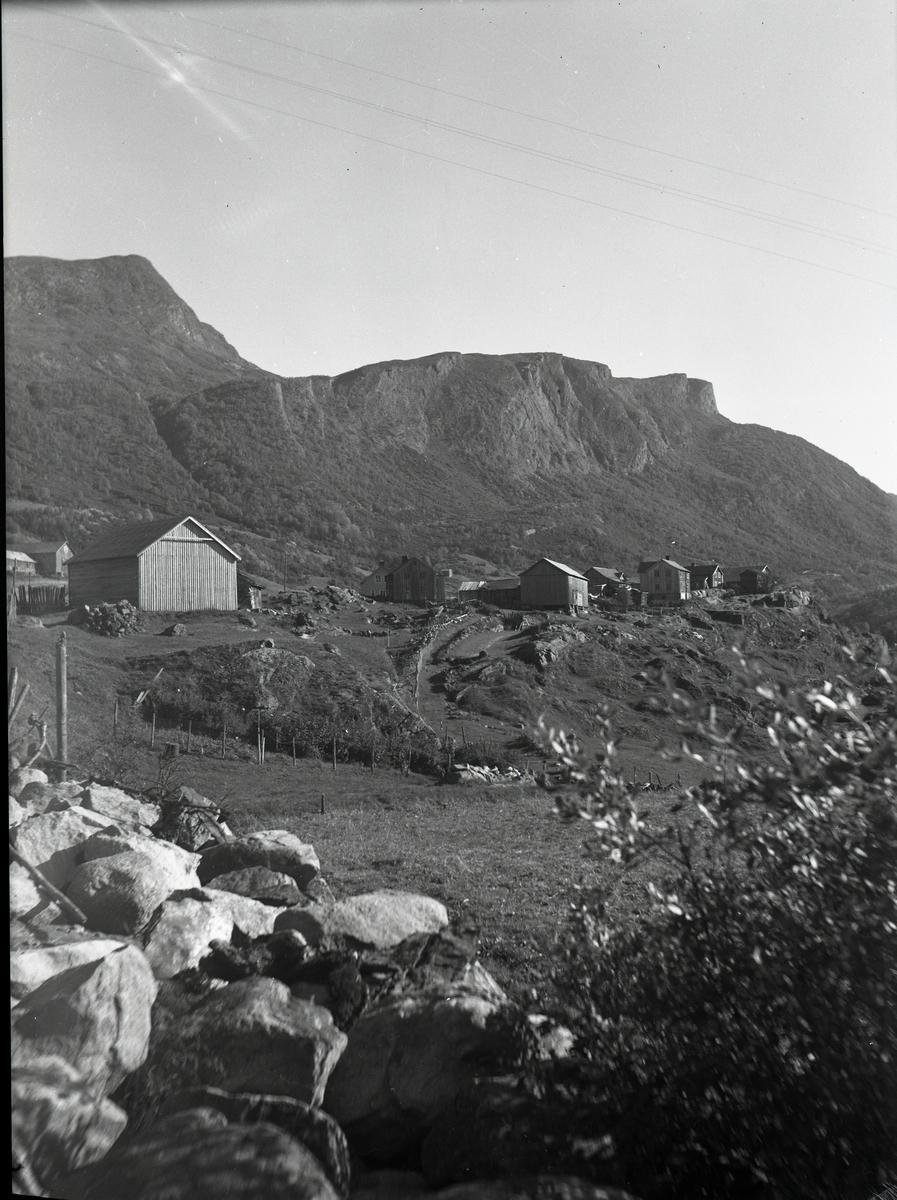 Bildet viser en trehusbebyggelse på fjellet.
