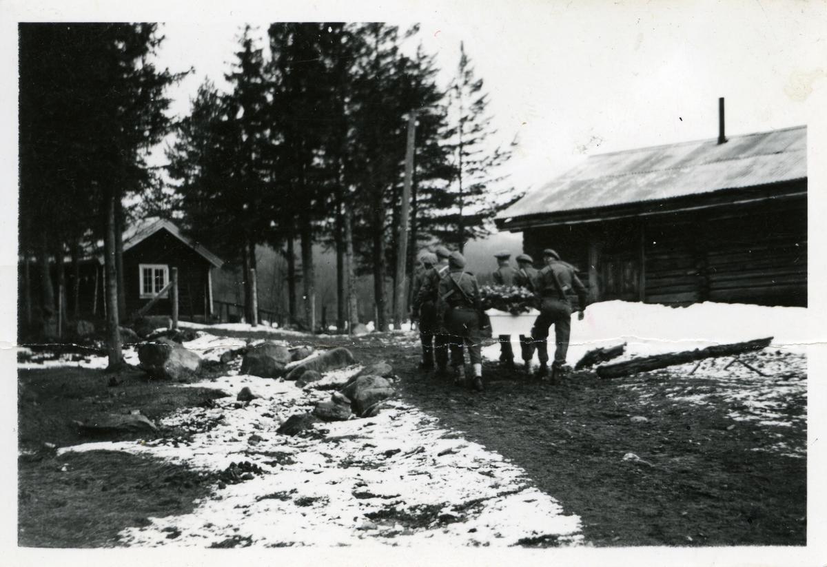 6 soldater bærer en kiste.