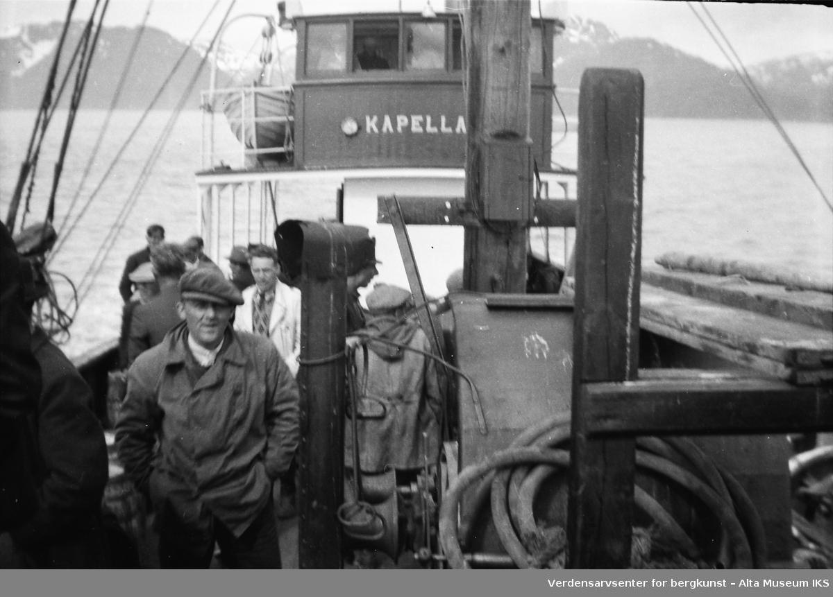 Båten Kapella III  med passasjerer på sjøen. Bildet er tatt i 1945