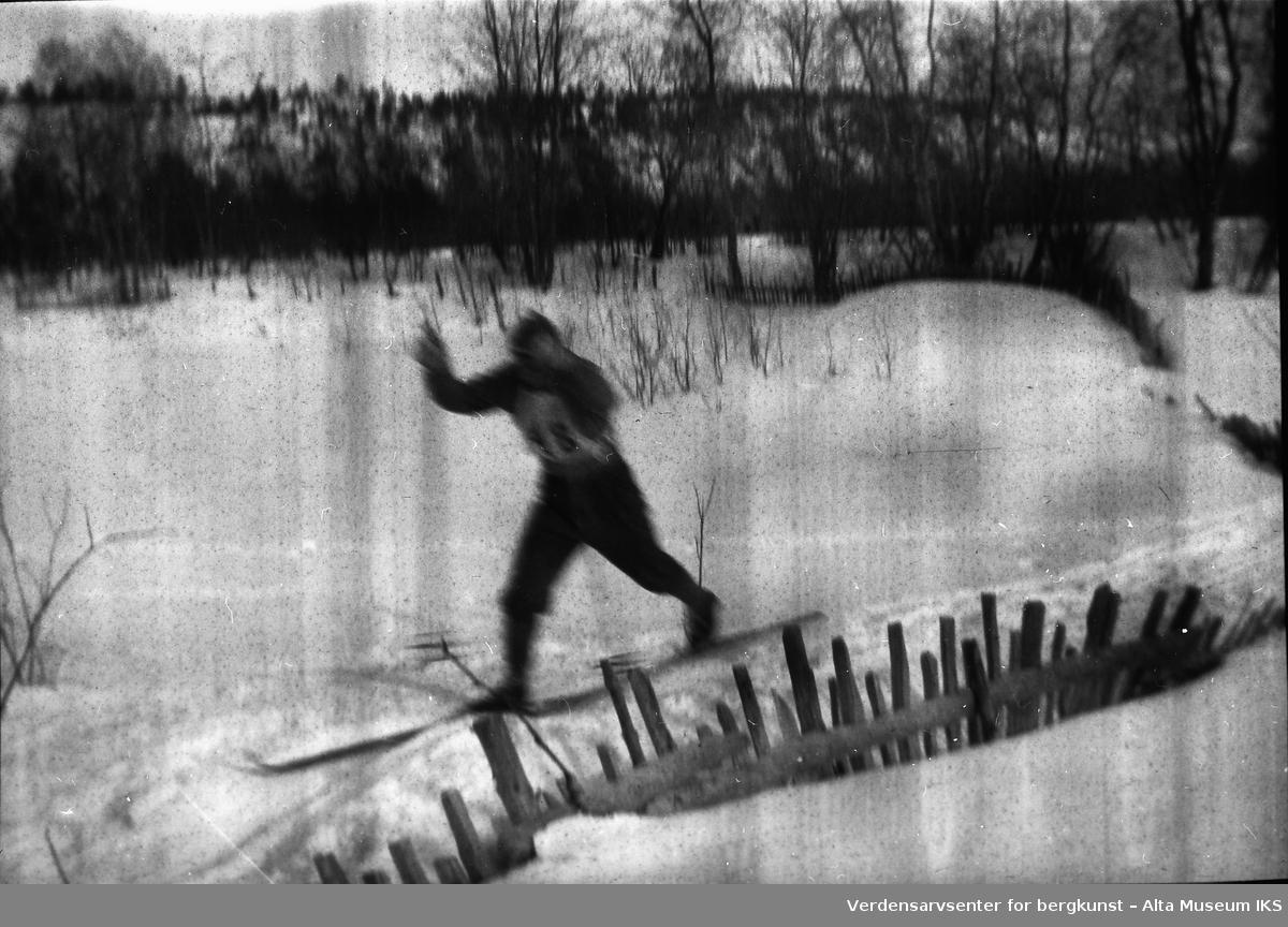 En skigåer i full fart går i løypen under et løp. Startnummer 48.