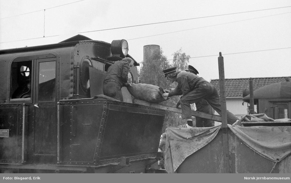 Utfluktstog for Norsk Jernbaneklubb på linjen Spikkestad-Lier, trukket av damplokomotiv M2, tidliger