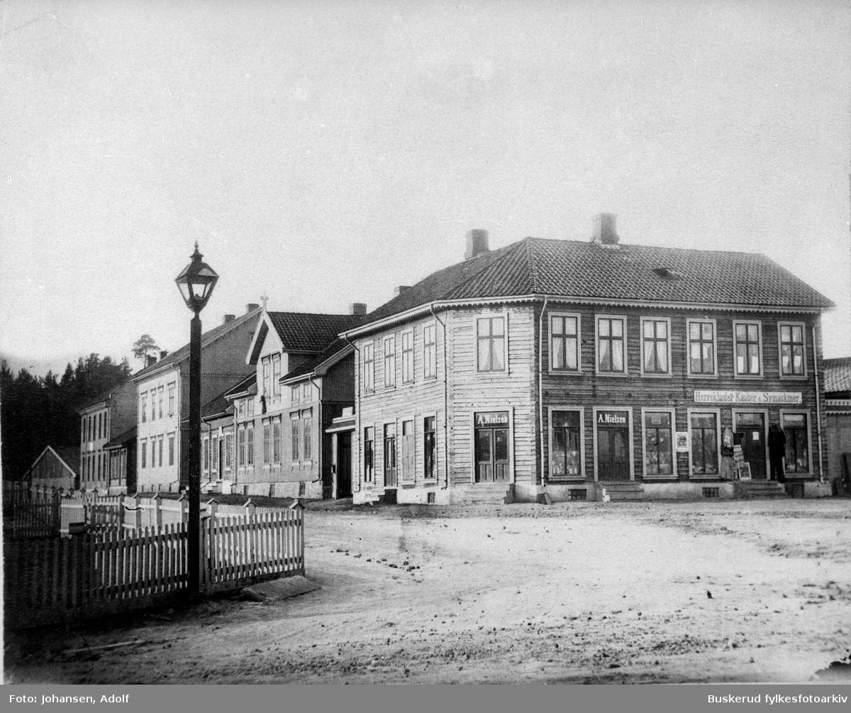 Hammerbrogaten på nordsiden av Hønefoss. Den eldste gaten i byen hvor alle bygningen er er verneverdige. ca 1890