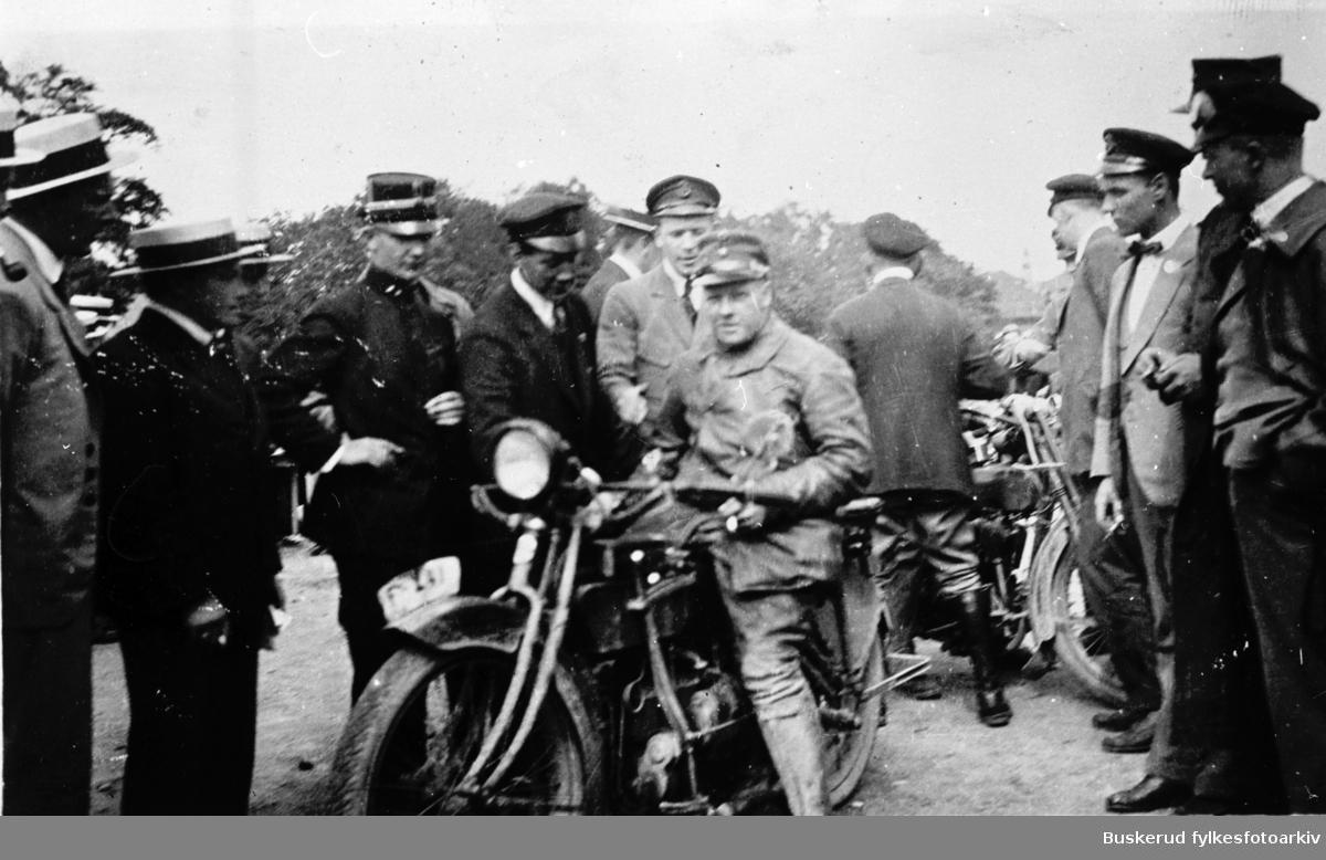 Innkomst Trondheimsløpet i 1920 Fra Herman Oppen som sitter på sin Henderson, er første til venstre Oscar Wiger og andre til venstre Josef Haug, begge med kjøre lue. Vi må anta at det er Storm i militær uniform. Sverre Strand står til høyre og har sort tversover, Paul de Roger med kjøre lue helt til høyre i bildet. Både Sverre Strand og Paul de Roger var med i NMK`s (Norsk Motorcykle Klubb) første styre da klubben ble startet i 1916. Sverre