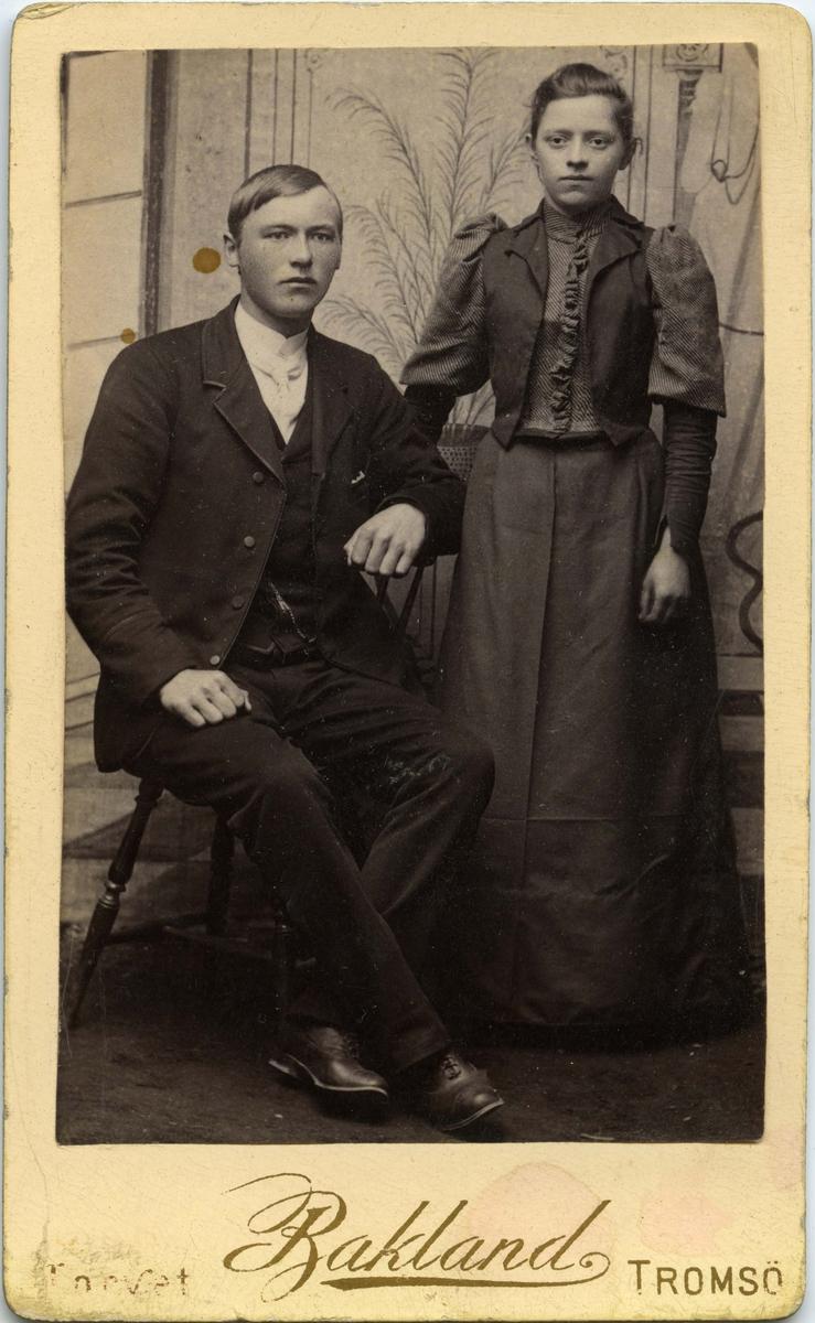 Ukjent ung mann og kvinne poserer for et bilde.