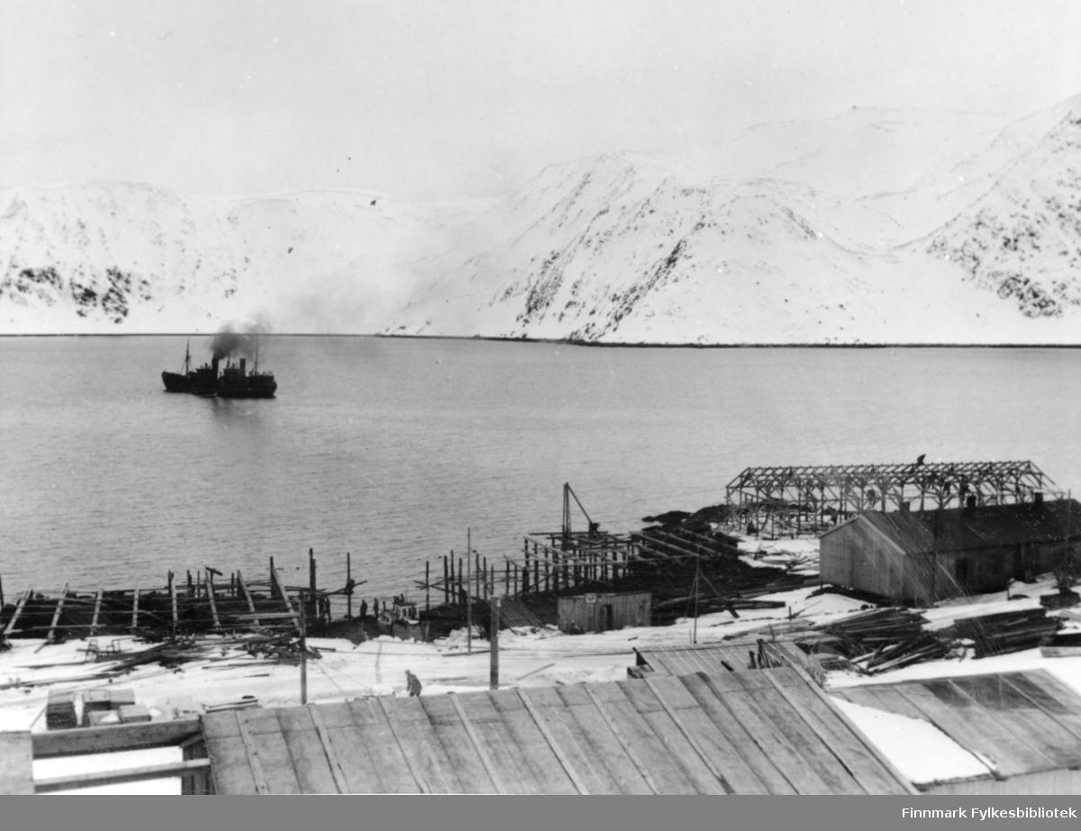 Honningsvåg, 1947. En enslig båt ligger ute til havs.