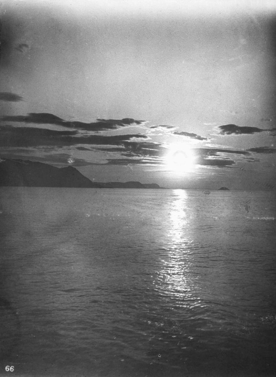 """Midnatsol udenfor Hammerfest."""