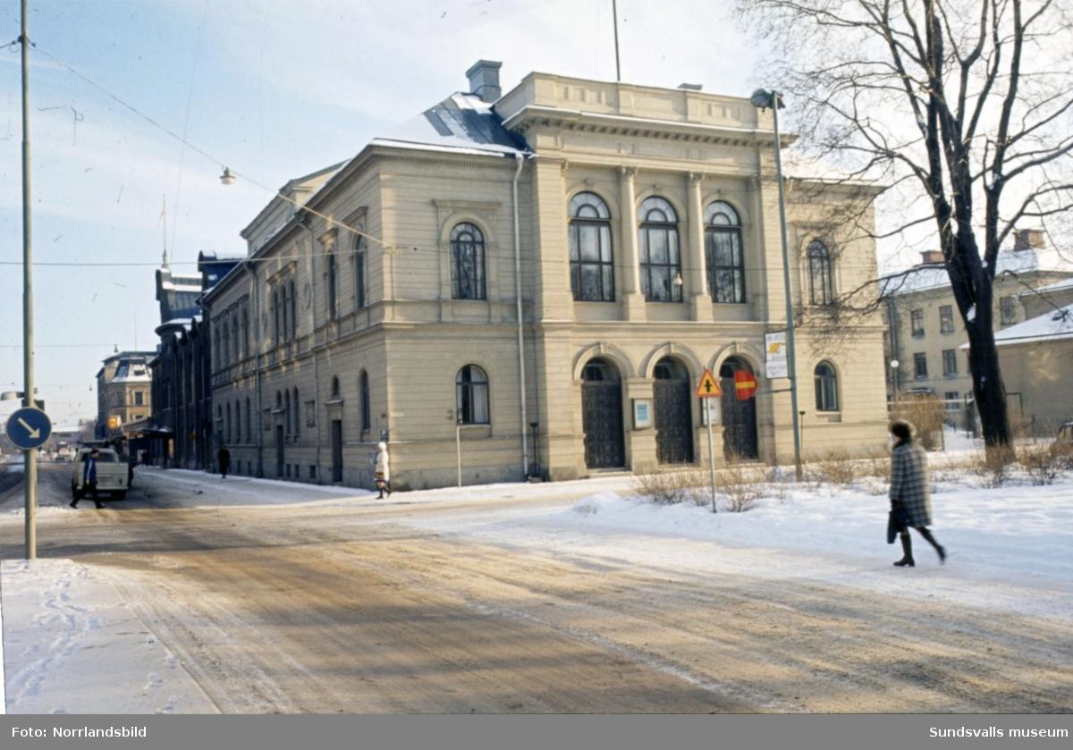 Exteriörbilder på Sundsvalls teater i hörnet av Köpmangatan-Esplanaden.