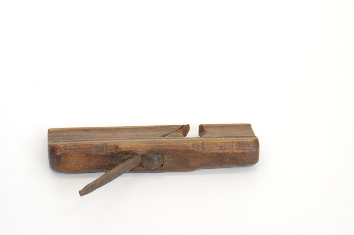 Teknikk: En kile er innsatt for at tannen, som løper gjennom kroppen og stikker et godt stykke opp på oversiden, skal sitte godt fast. Form: Kroppen er i ett. Tykkest på oversiden og smalner inn mot nedre del. På undersiden (høvelsiden) er den jevnt avrundet og glatt. Magasinet på Tømte.