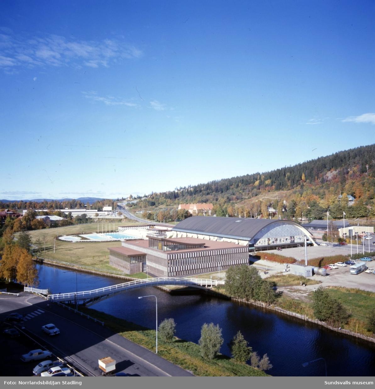 Sporthallen och sporthallsbadet fotograferat från något av husen på Storgatan 56-58 och västerut.