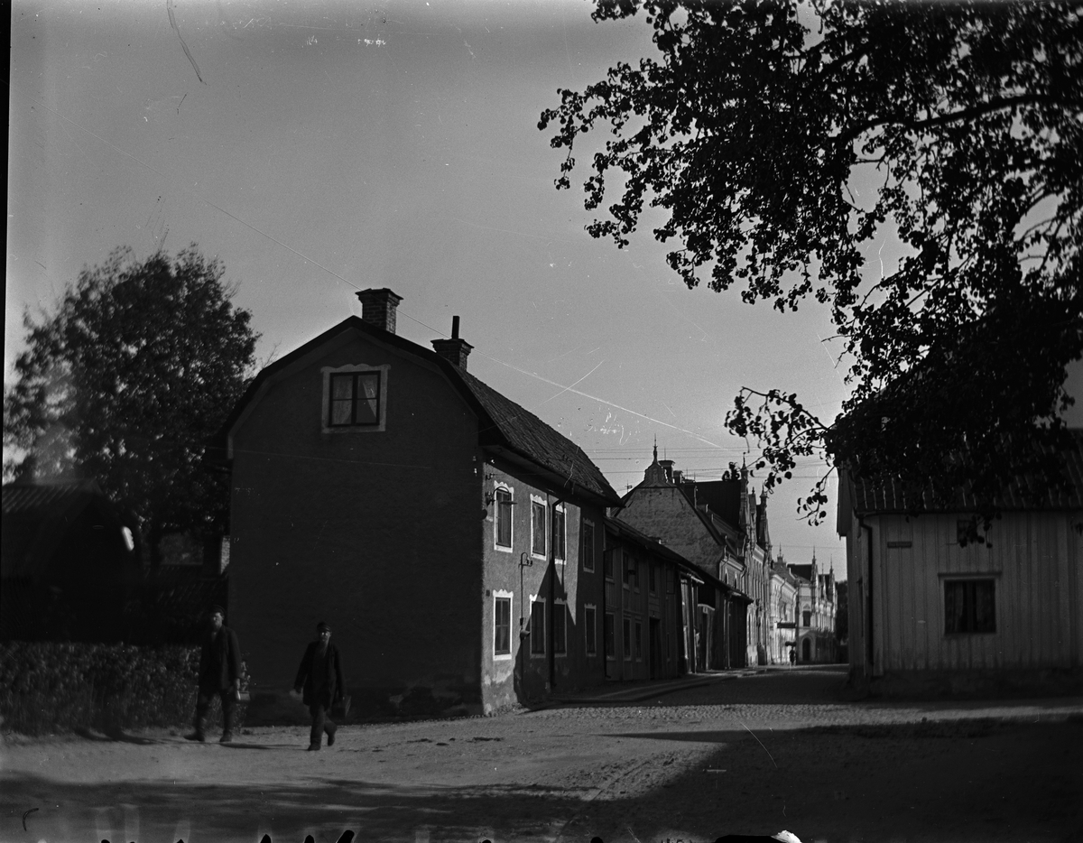 Korsningen Barnhemsgatan-Stora kyrkogatan. Till vänster gjutare Fernströms gård, därbortom Gullbergska gården. Fotograf okänd. Fotokopia finns.