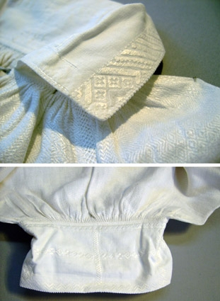 Herrskjorta till Leksandsdräkt. Blekt linne vävt i dräll. Ärmsömmarna överbroderade med vitt lingarn i snärjd flätsöm. Tyget rynkat mot halslinningen. Påsydd krage av bomullstyg med vita broderier. Sprund framtill vid halsen. Ärmarna isydda med ärmkilar och rynkade mot smal ärmlinning som också har vitbroderi. Smala mönstervävda knytband av  grått och vitt lingarn vid hals- och ärmlinning. Måttet vid bredd avser skjortan utan ärmen. Bilderna är montage och visar hela skjortan samt detaljer.