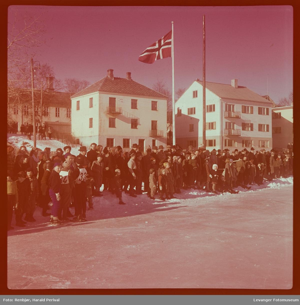 Tilskuere på skøyteløp på Stadion i Levanger.