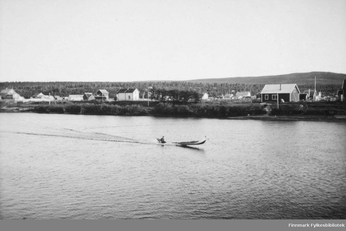 'Elvebåt i full fart på Karasjokka' B 7808