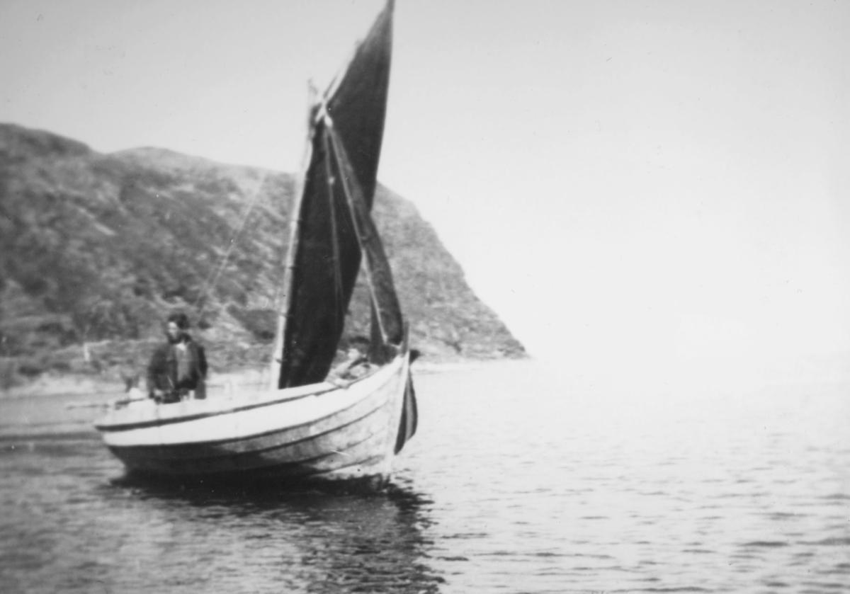 Bildet er tatt før krigen i Torskefjord, antagelig i begynnelsen av 1930. Personer på båten er Godthardt Hansen og Henning Andersen.