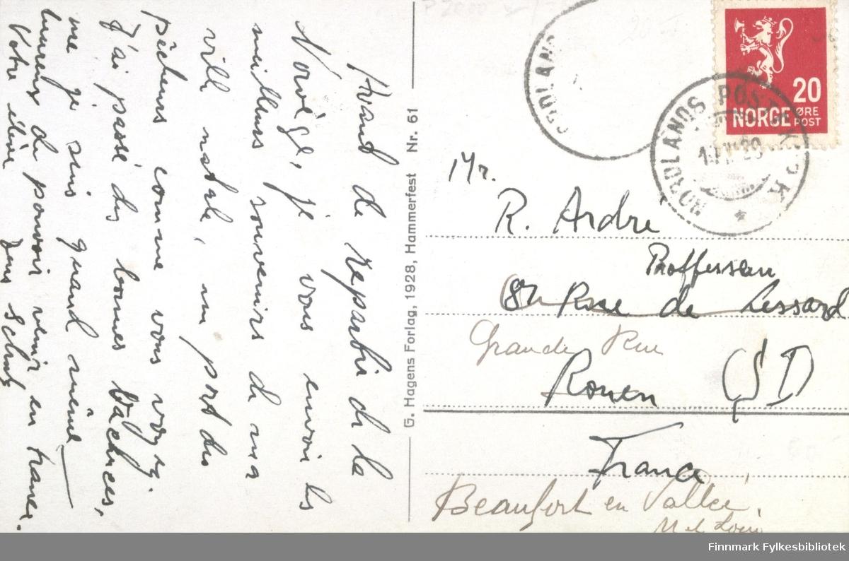 Et postkort med Hammerfest havn som motiv. På bildet kan man se flere båter i havnen og bygninger. Postkortet stemplet og sendt i 1929, G. Hagens Forlag i Hammerfest har trykt kortet i 1928.