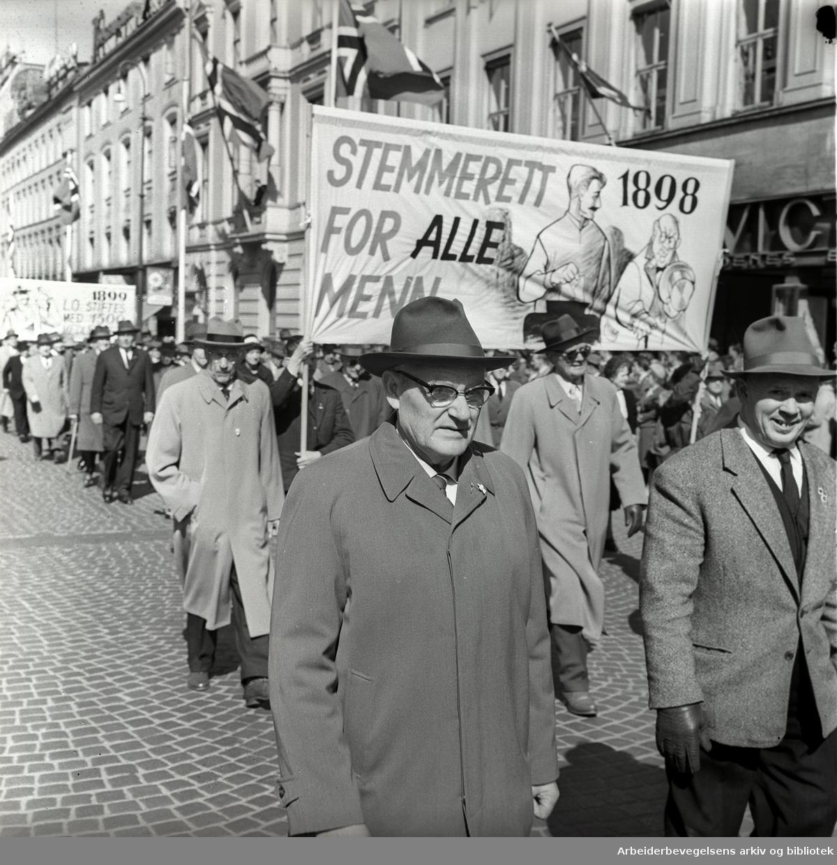 1. mai 1962 i Oslo.Demonstrasjonstoget i Karl Johans gate.Parole: Stemmerett for alle menn 1898