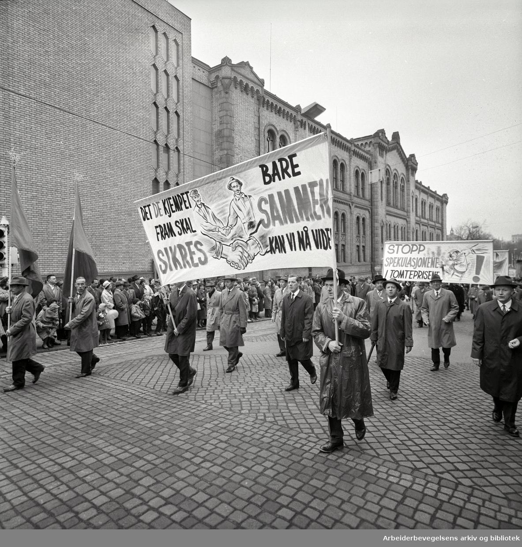 1. mai 1963 i Oslo.Demonstrasjonstoget i Karl Johans gate..Parole: Det de kjempet fram skal sikres.Bare sammen kan vi nå videre.Parole: Stopp spekulasjonene i tomteprisene!