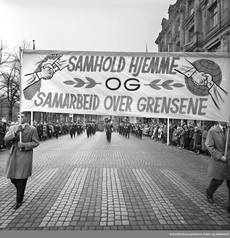 1. mai 1963 i Oslo.Demonstrasjonstoget i Karl Johans gate..Parole: Samarbeid hjemme.og samarbeid over grnsene