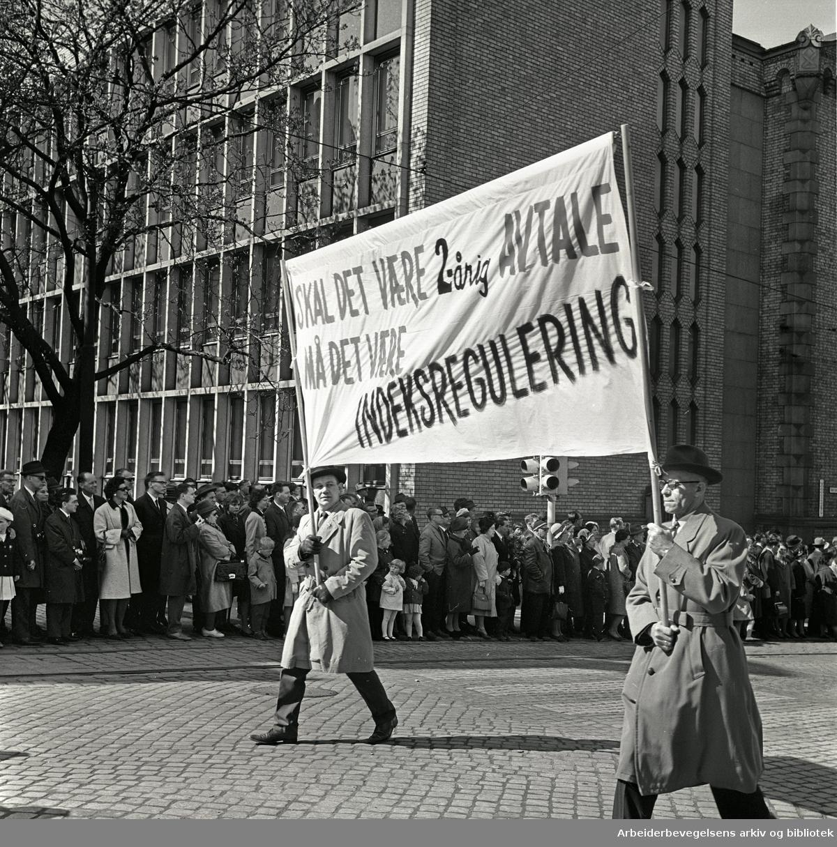 1. mai 1964 i Oslo.Demonstrasjonstoget i Karl Johans gate.Parole: Skal det være 2-årig avtale.må det være indeksregulering