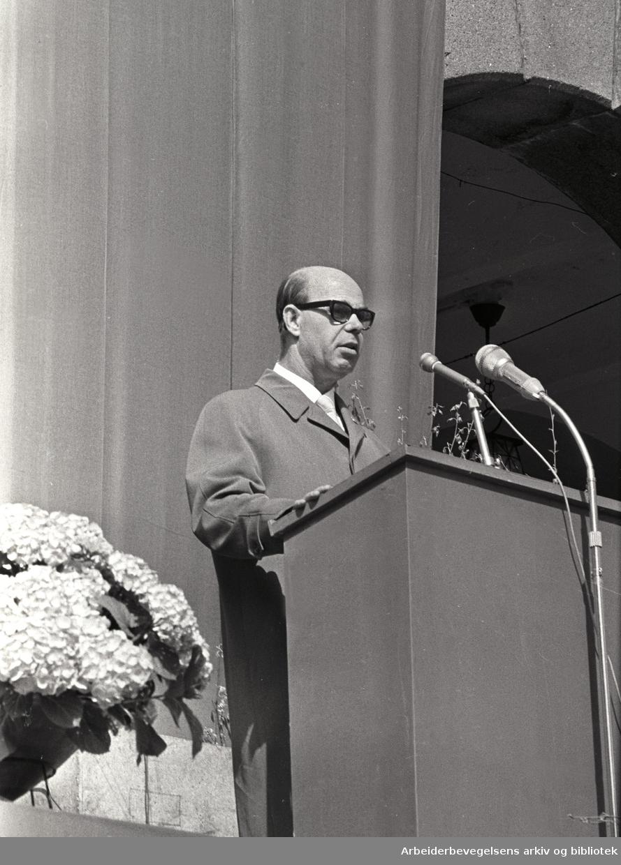 1. mai 1964, formann i 1. mai-komiteen Oscar Olsen taler på Youngstorget.