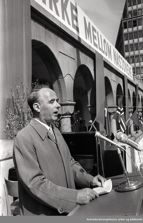 1. mai 1964, Trygve Bratteli taler på Youngstorget.