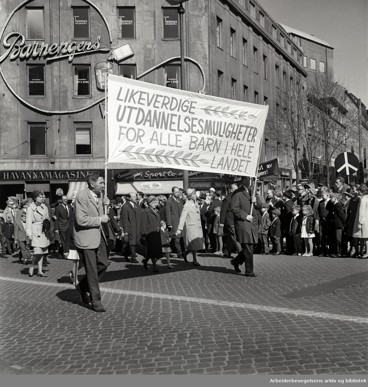 1. mai 1965 i Oslo.Demonstrasjonstoget i Karl Johans gate.Parole: Likeverdige utdannelsesmuligheter for alle barn i hele landet.