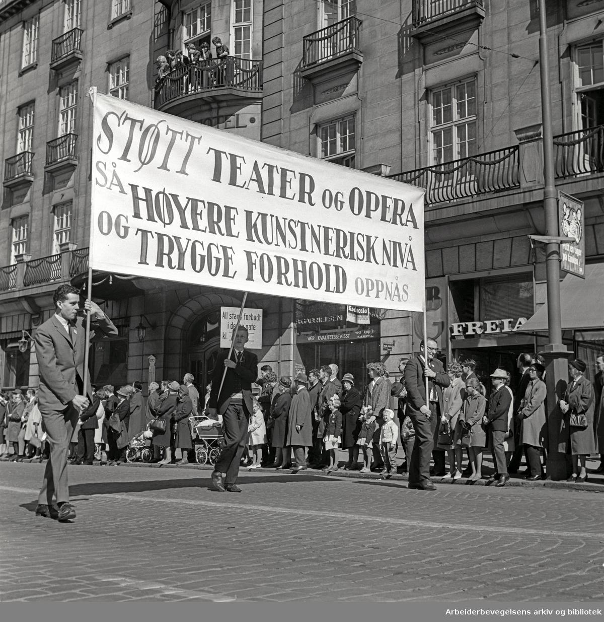 1. mai 1965 i Oslo.Demonstrasjonstoget i Karl Johans gate.Parole: Støtt teater og opera så høyere kunstnerisk nivå og trygge forhold oppnås
