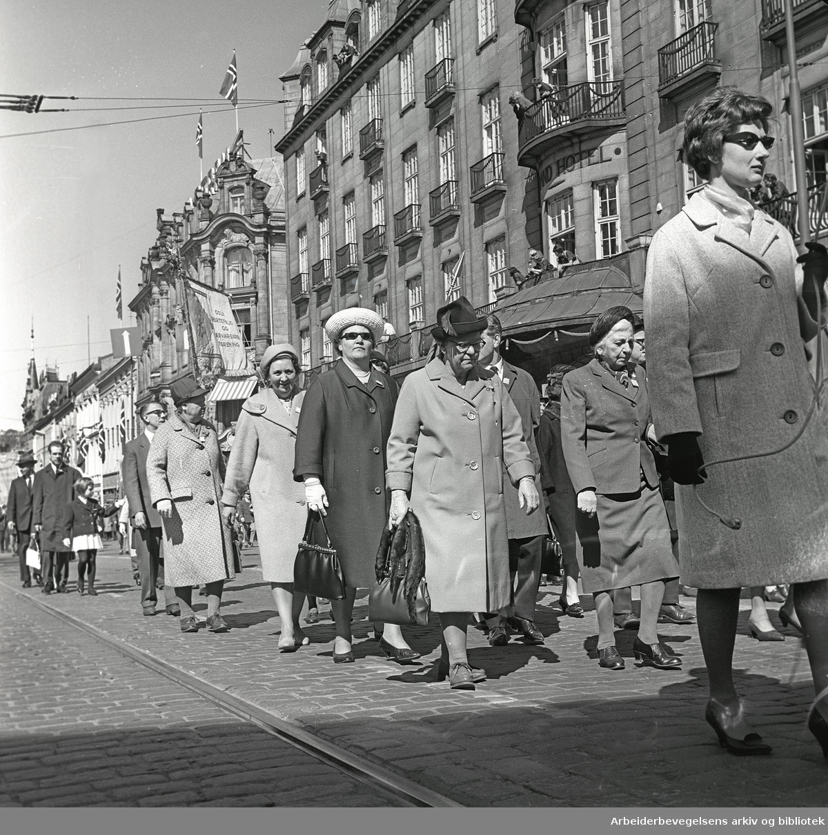 1. mai 1965 i Oslo.Demonstrasjonstoget i Karl Johans gate.Fane: Oslo Portefølje- og Lærvarearb. Forening