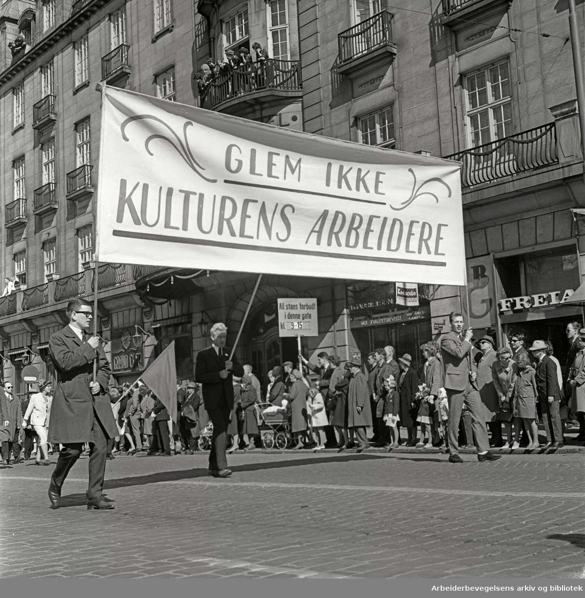 1. mai 1965 i Oslo.Demonstrasjonstoget i Karl Johans gate.Parole: Glem ikke kulturens arbeidere.