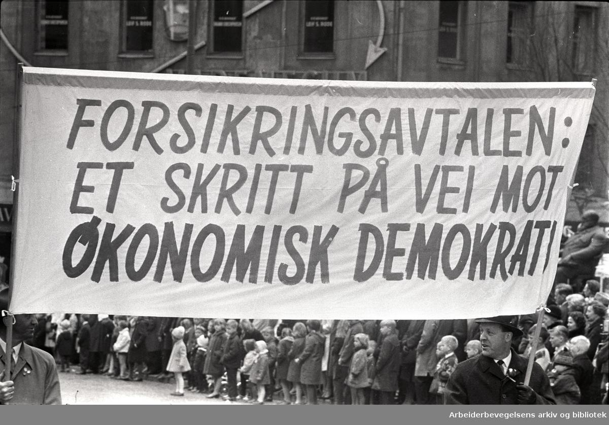 1. mai 1966 i Oslo.Demonstrasjonstoget i Karl Johansgate.Parole: Forsikringsavtalen: Et skritt på vei mot økonomisk demokrati