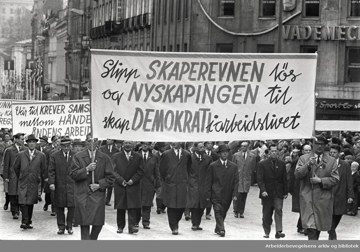 1. mai 1966 i Oslo.Demonstrasjonstoget i Karl Johans gate.Parole: Slipp skaperevnen løs og nyskapningen til.Skap demokrati i arbeidslivet