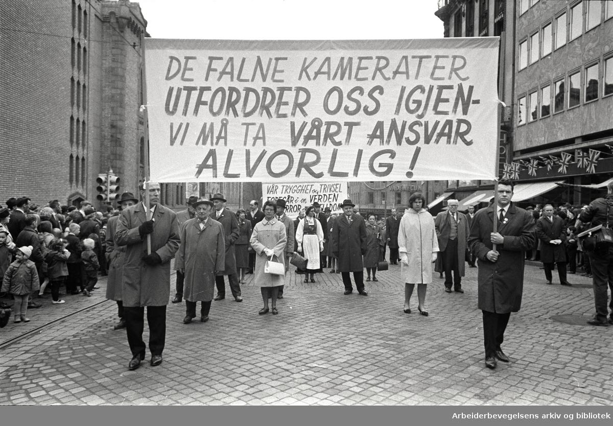 1. mai 1966 i Oslo.Demonstrasjonstoget i Karl Johans gate.Parole: De falne kamerater utfordrer oss igjen - Vi må ta vårt ansvar alvorlig!