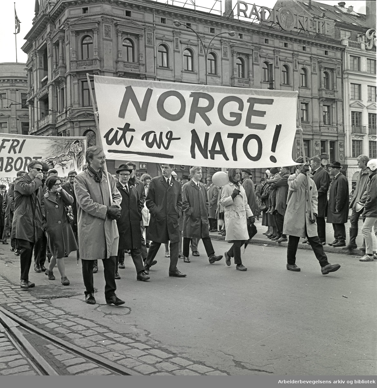 1. mai 1967 i Oslo.Demonstrasjonstoget.Parole: Norge ut av NATO!.