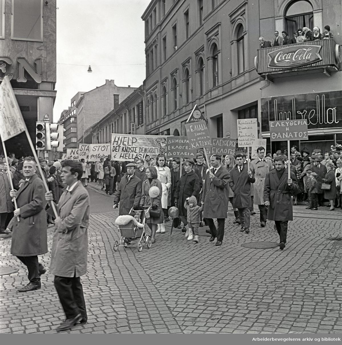 1. mai 1967 i Oslo.Demonstrasjonstoget i Karl Johans gate.Greske statsborgere deltok i toget .