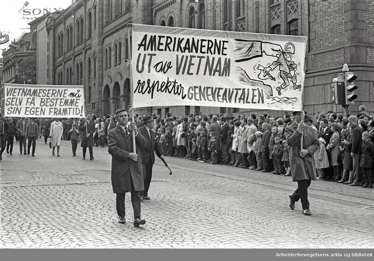 1. mai 1968 i Oslo.Demonstrasjonstoget i Karl Johans gate.Parole: Amerikanerne ut av Vietnam.Respekter Geneveavtalen.Parole: Vietnameserne må selv få bestemme sin egen framtid!