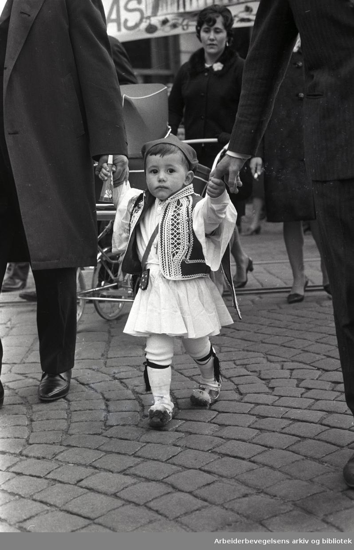 1. mai 1968 i Oslo.Demonstrasjonstoget i Karl Johans gate.Grekere deltar....