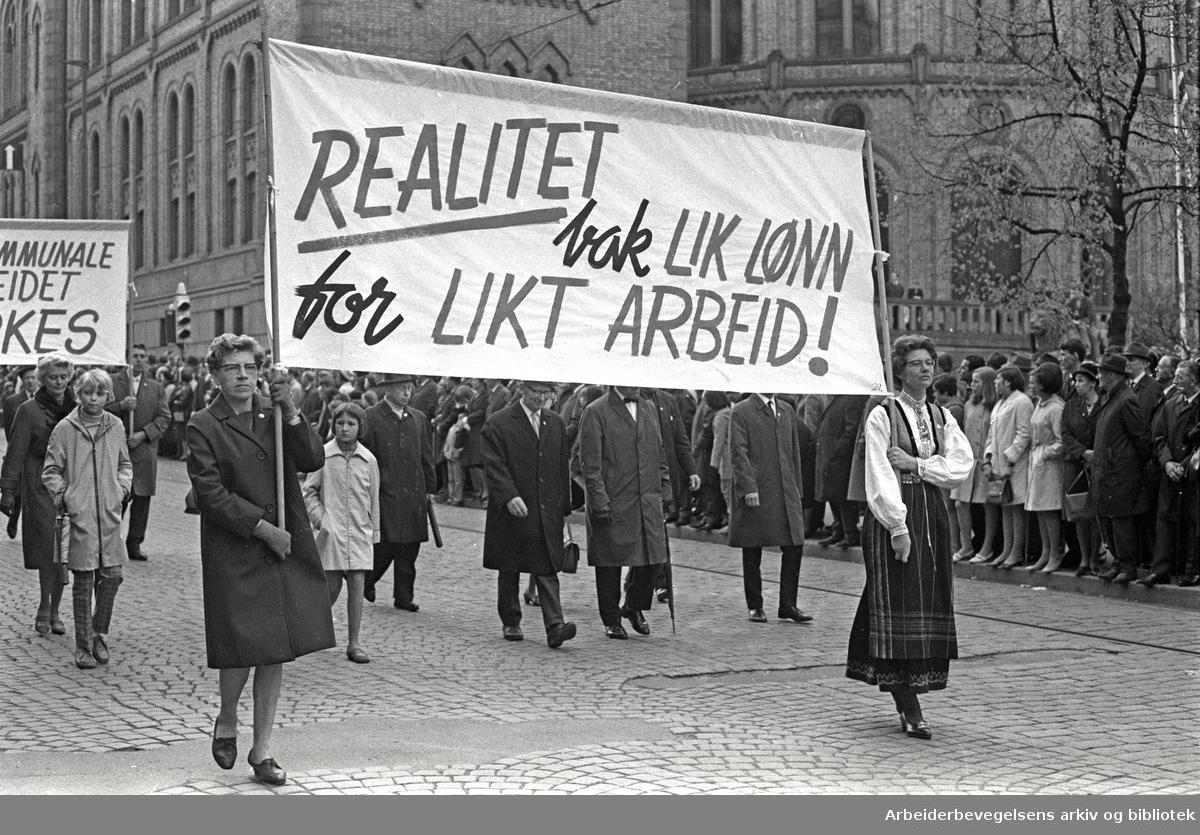 1. mai 1968 i Oslo.Demonstrasjonstoget i Karl Johans gate.Parole: Realitet bak lik lønn for likt arbeid!.