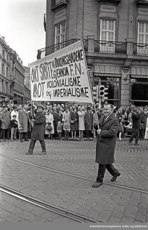 1. mai 1968 i Oslo.Demonstrasjonstoget i Karl Johans gate.Parole: Økt støtte til Utviklingslandene gjennom F.N..Mot kolonialisme og imperialisme...