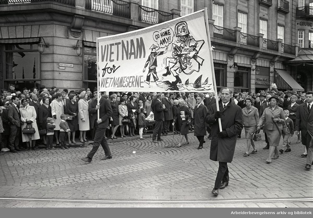 1. mai 1968 i Oslo.Demonstrasjonstoget i Karl Johans gate.Parole: Vietnam for vietnameserne...