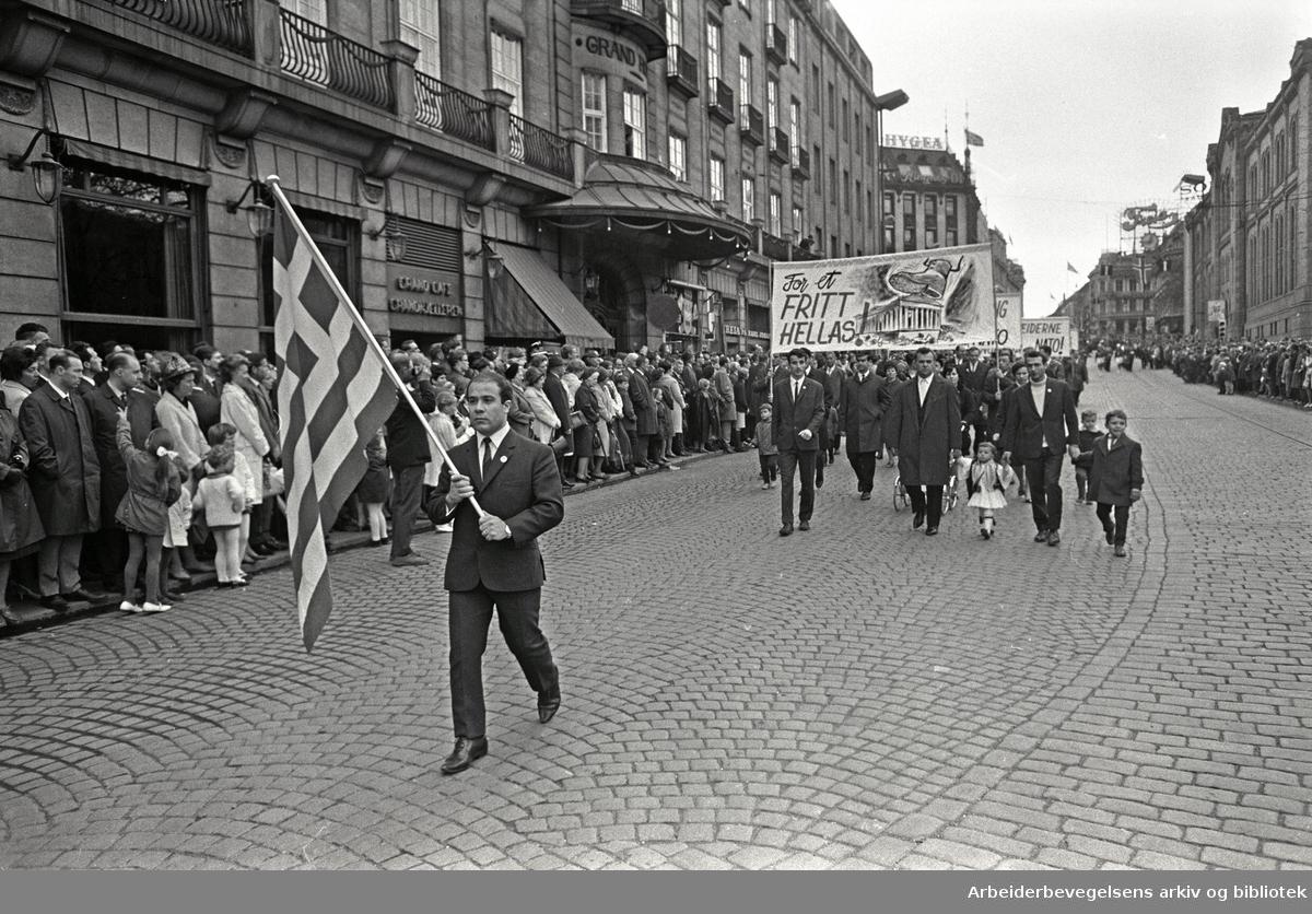 1. mai 1968 i Oslo.Demonstrasjonstoget i Karl Johans gate.Parole: For et fritt Hellas.Grekere deltar....