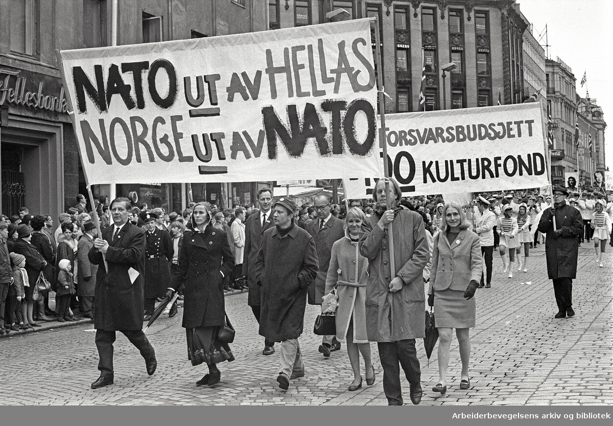 1. mai 1969 i Oslo.Demonstrasjonstoget i Karl Johans gate.Parole: NATO ut av Hellas.Norge ut av NATO