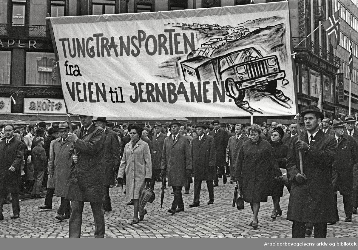1. mai 1969 i Oslo.Demonstrasjonstoget i Karl Johans gate.Parole: Tungtransporten fra veien til jernbanen